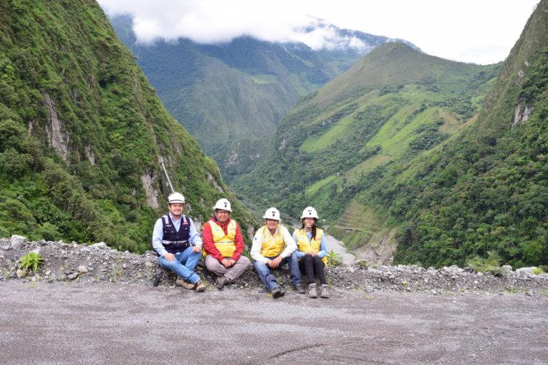 Jorge Abad y sus colegas entre las montañas. Foto: Archivo personal.