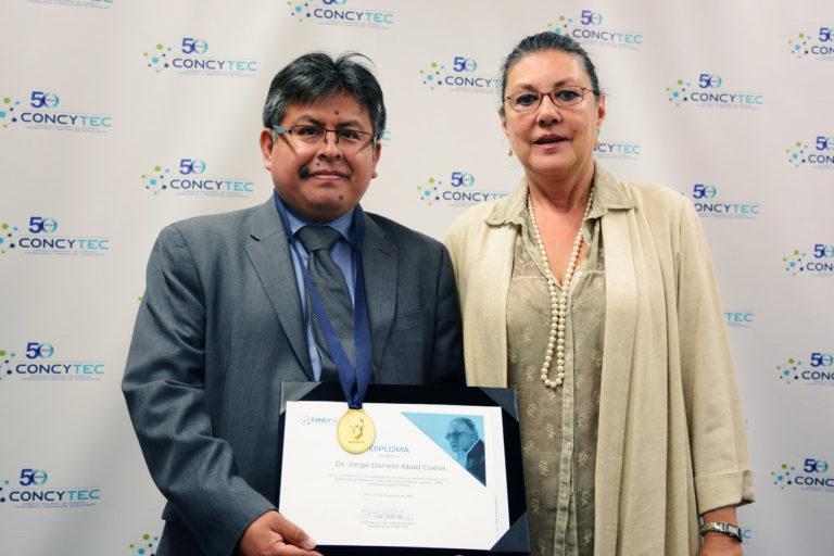 Jorge Abad recibió la distinción Santiago Antúnez de Mayolo Gomero 2018 por sus investigaciones científicas en Perú. Foto: Concytec.