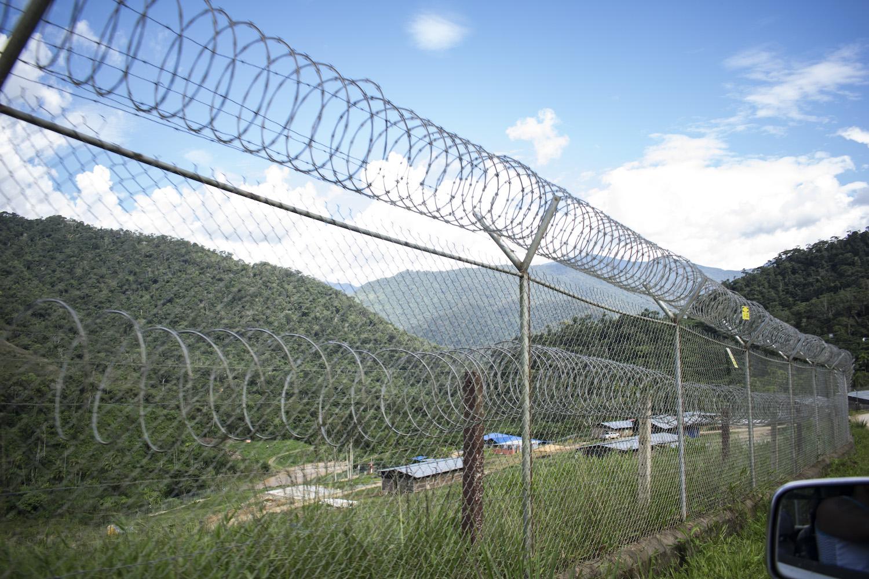El campamento La Esperanza está rodeado de una cerca metálica reforzada con alambre de púas. Foto: Jose María León.