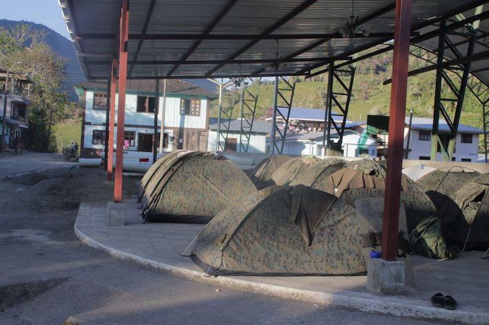 Durante el estado de excepción, los militares armaron sus carpas en la cancha de San Carlos de Limón. Foto: Braulio Gutiérrez.
