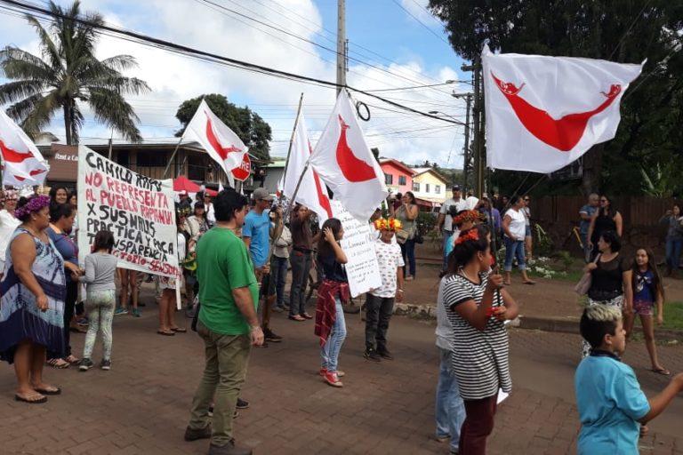 Habitantes de Rapa Nui en manifestación contra la administración de Camilo Rapu