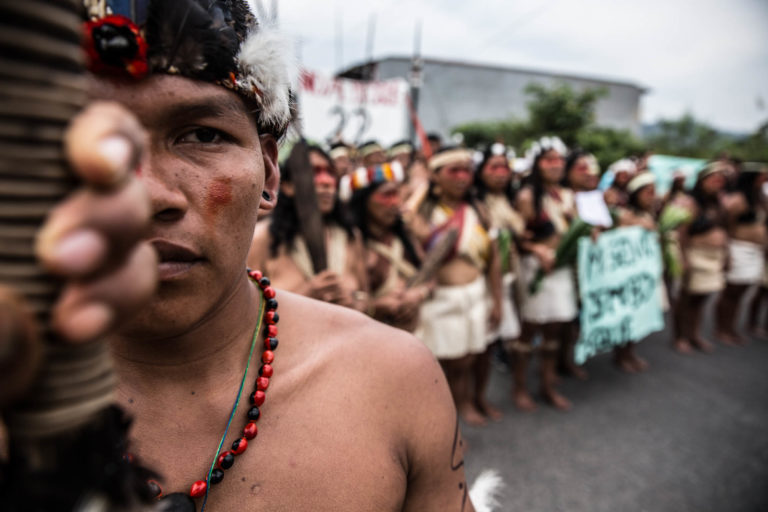 Durante varios días los Waorani protestaron en la Corte. Foto: Mitch Anderson / Amazon Frontlines.