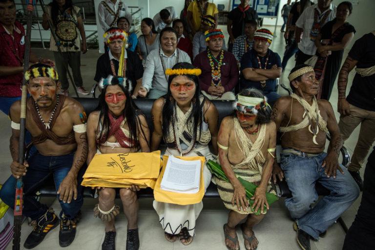 Indígenas Waorani hacen entrega de su Acción de Protección. Foto: Mitch Anderson / Amazon Frontlines.
