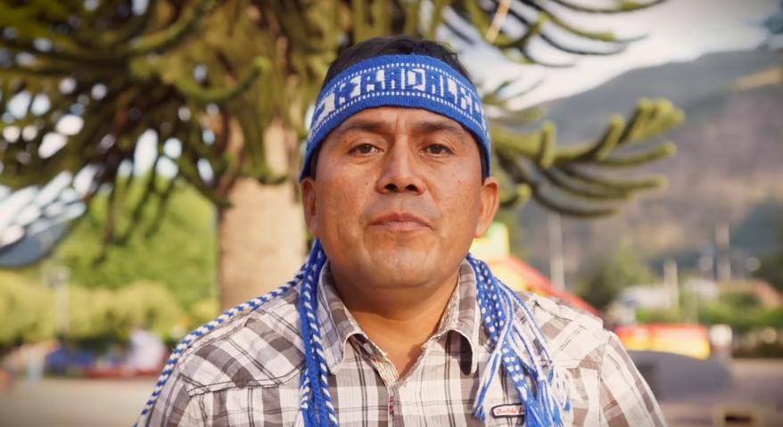 Le líder mapuche Alberto Curamil, quien lideró protestas contra hidroeléctricas, se encuentra ahora mismo en una prisión en Temuco, una ciudad al sur de Chile, acusado de robo con porte de armas. Foto: Leonardo Toro Hernández.