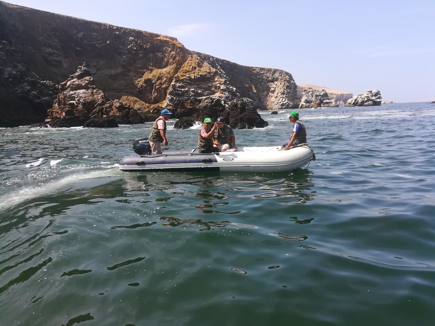 Vigilantes marinos. Terminado el operativo, los pescadores-guardaparques de Rancherío, en Laguna Grande, se dirigen de vuelta a su caleta. Foto: Ramiro Escobar.