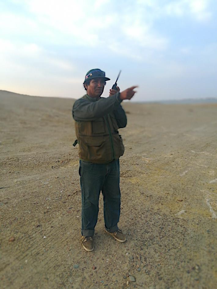 Pescando con radio. Gabriel Franco, presidente de los pescadores cordeleros de la Reserva Nacional de Paracas en acción. Siempre está alerta. Foto: Ramiro Escobar.