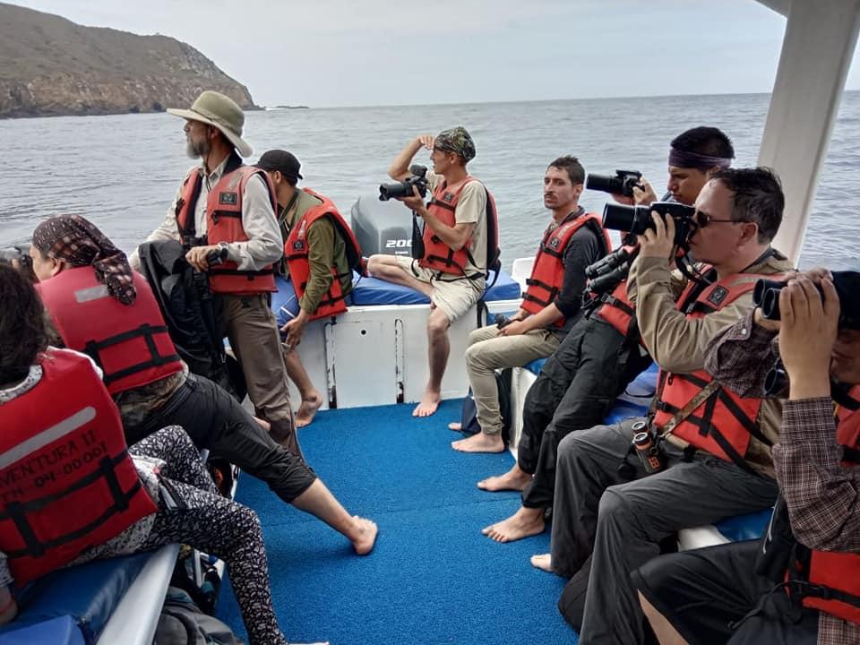 Un grupo de observadores de aves cerca a la isla de la Plata. Foto: Edison Ocaña.