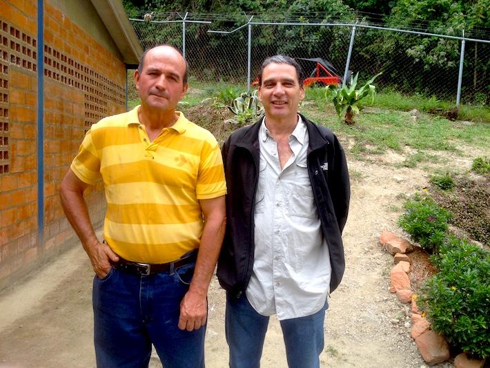 Productor Alfredo Cárdenas conversa con José Ruiz de la empresa Tierra de Gracia, comprador de café. Foto: Provita.