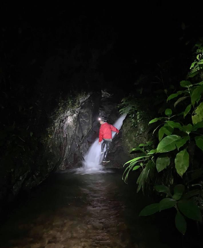 Una de las salidas nocturnas de Juan Manuel Guayasamín para buscar anfibios. Foto: Rebecca Brunner.