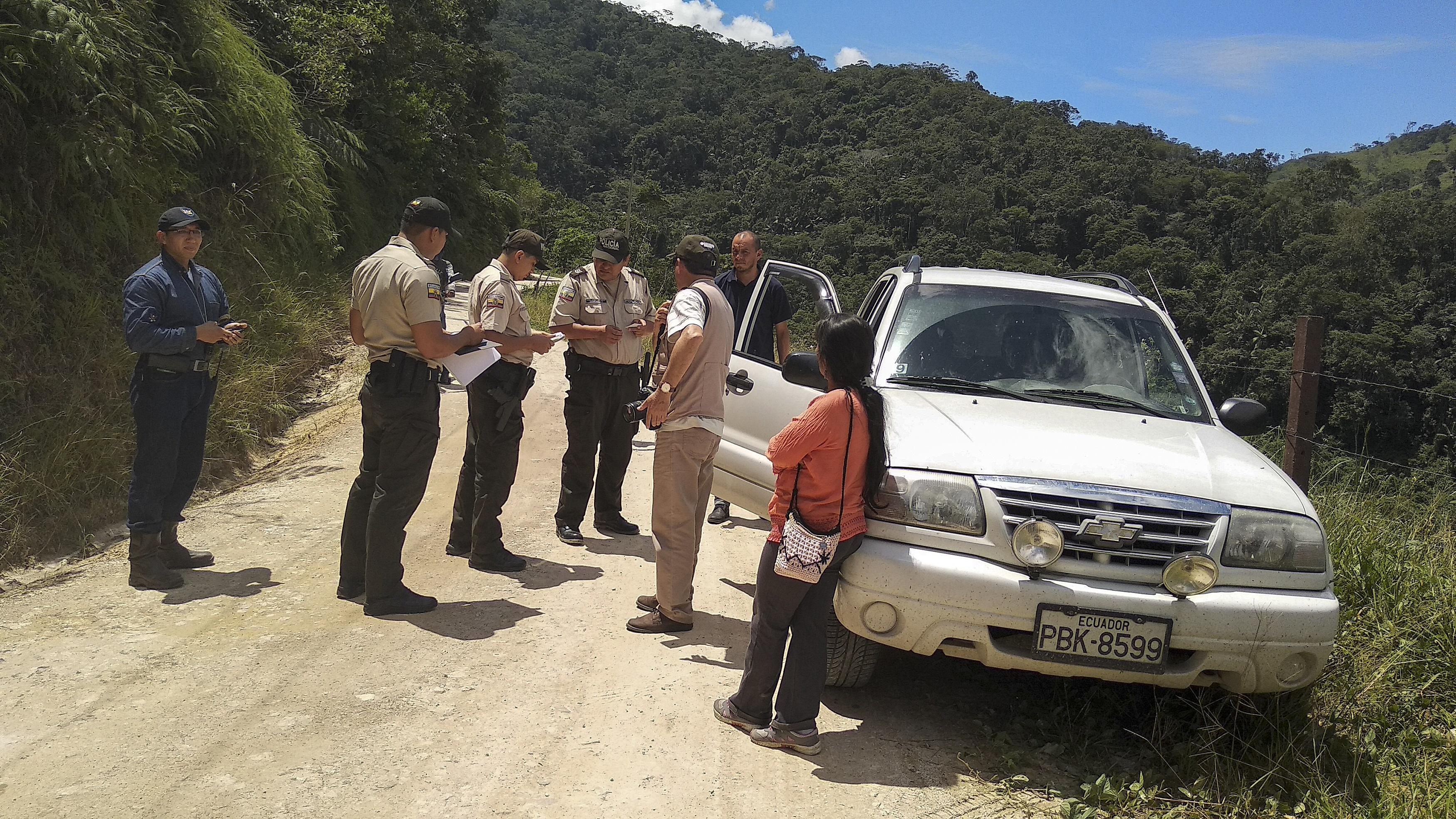 Policía impide el paso de periodistas de Vistazo y Mongabay Latam al proyecto San Carlos Panantza. Foto: Segundo Espín / Revista Vistazo.