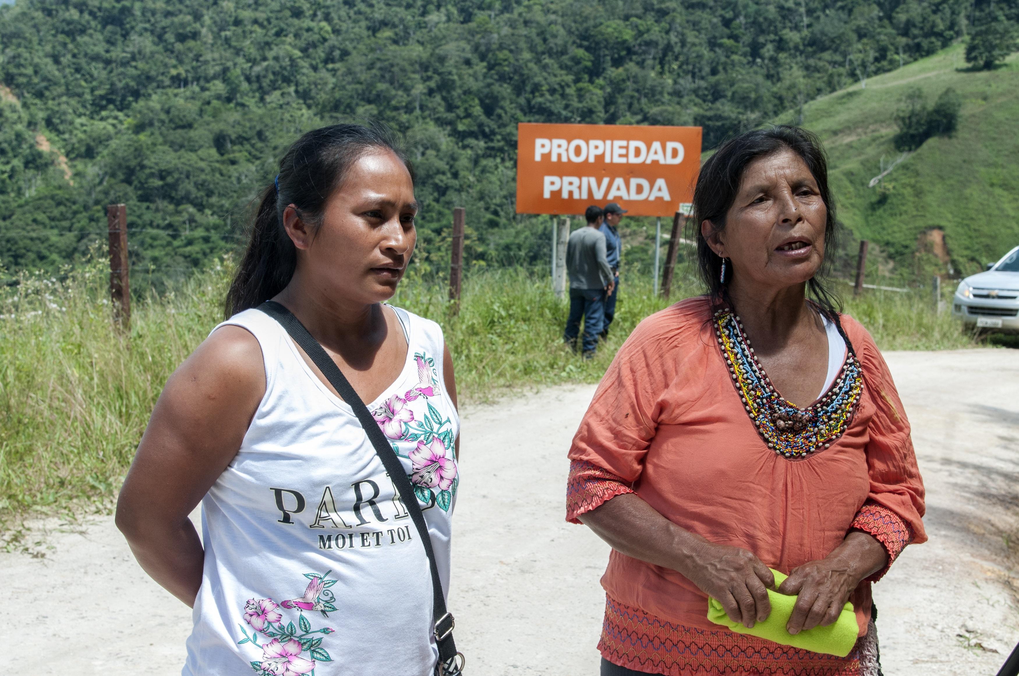 Mujeres indígenas Shuar desalojadas del proyecto San Carlos Panantza en 2015. Foto: Segundo Espín / Revista Vistazo.
