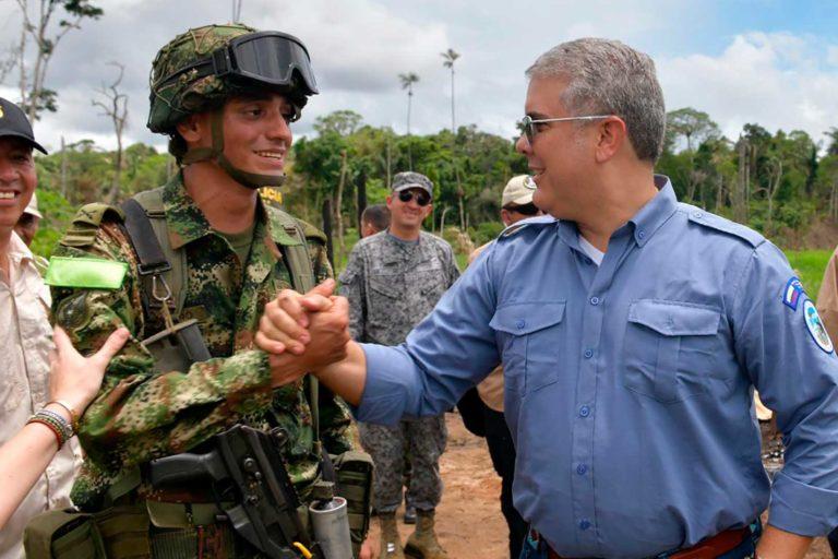 El Presidente Iván Duque saludó a los soldados que participaron en la primera acción de la Campaña 'Artemisa' contra la deforestación, en la que se recuperaron 120 hectáreas de bosques. Foto: Efraín Herrera - Presidencia de Colombia.