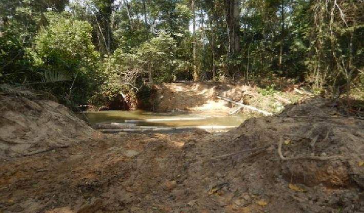 Según el expediente fiscal, este fue el escenario que encontraron los guardaparques dentro del área protegida. Se había abierto una vía que comprometía una fuente de agua dentro de Sierra del Divisor. Foto: Ministerio Público.