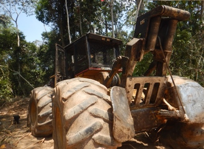 Esta es otra de las fotografías tomadas ese día. Un tractor estaba dentro del área protegida. La empresa dijo que se puso por error en ese espacio, pero que la máquina no estaba operativa. Foto: Ministerio Público.