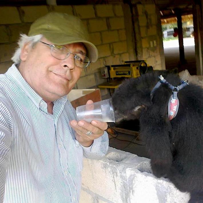 José Luis Álvarez, que algún día fue ganadero, se volcó por completo a la preservación de los monos. Foto: cortesía UMA Saraguatos.