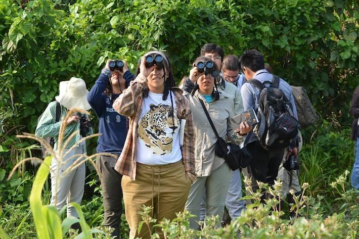 Un grupo de estudiantes, de visita en la UMA Saraguatos, en tareas de observación. Foto: cortesía UMA Saraguatos.