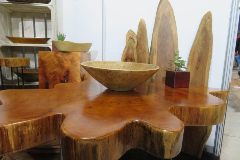 Una mesa cuyo tablero conserva la irregular forma de la raíz del cedro. Foto: Yvette Sierra Praeli.