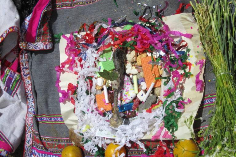 Ofrenda en la montaña Hualca Hualca durante la ceremonia tradicional de pago a la tierra. Foto: Archivo personal.