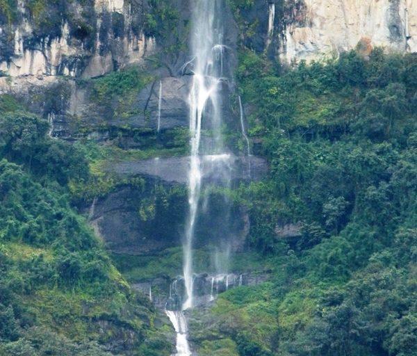 Caída de agua en los bosques nublados de Udima. Foto: Aníbal Calderón.