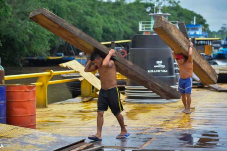 Estos hombres en el muelle Hong Kong de Puerto Asís pueden pasar todo el día descargando piezas de madera como esta. Foto: EIA