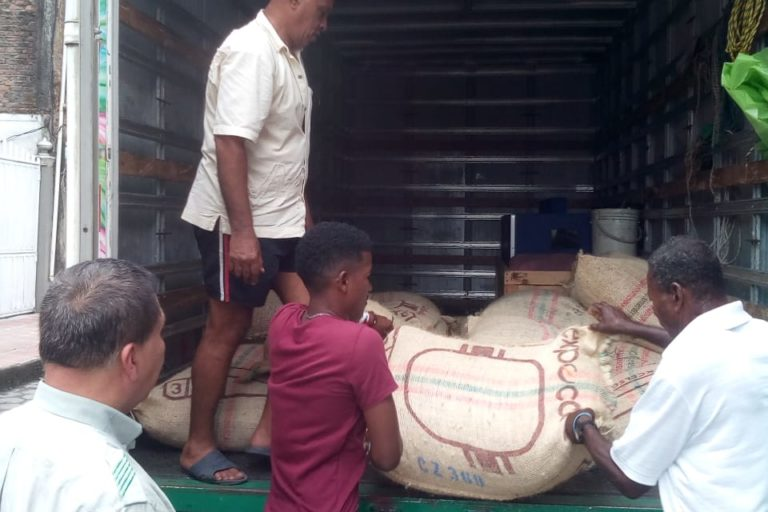 Transporte de producción de cacao. Foto: Consejo Comunitario de Bajo Mira y Frontera.