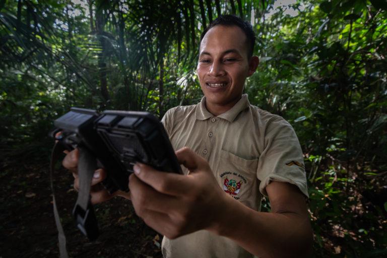 Los guardaparques del Sernanp participaron en el estudio del jaguar en el Parque Nacional Güeppi Sekime. Foto: Diego Pérez / WWF Perú.
