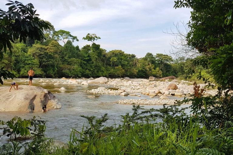 El río Piatúa también se ha convertido en una oportunidad de turismo sostenible para las comunidades. Foto: Centro de Derechos Humanos PUCE.