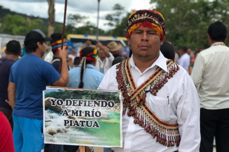 Marcha por el río Piatúa. Foto: Centro de Derechos Humanos PUCE.
