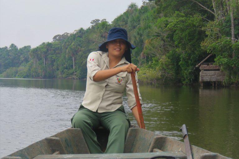Jessica Pisconte navegando en Tambopata. Foto: Archivo personal.