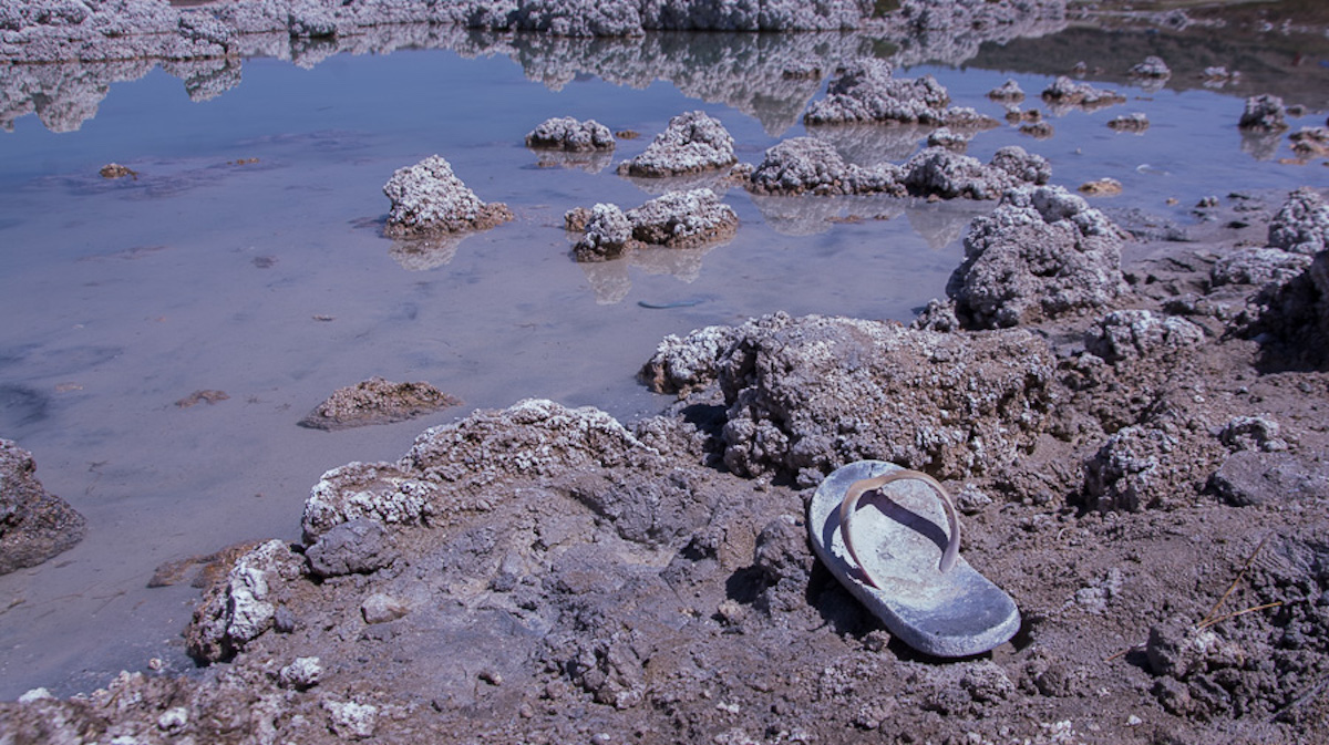 Desechos a orillas de la Laguna de Alchichica. Foto: Marlene Martínez.