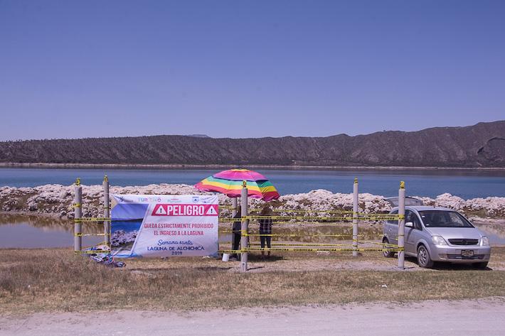 Las cintas amarillas indican la prohibición del gobierno de Puebla para construir a orillas de la laguna, aunque ya existen casas en el territorio de Veracruz. Foto: Marlene Martínez.