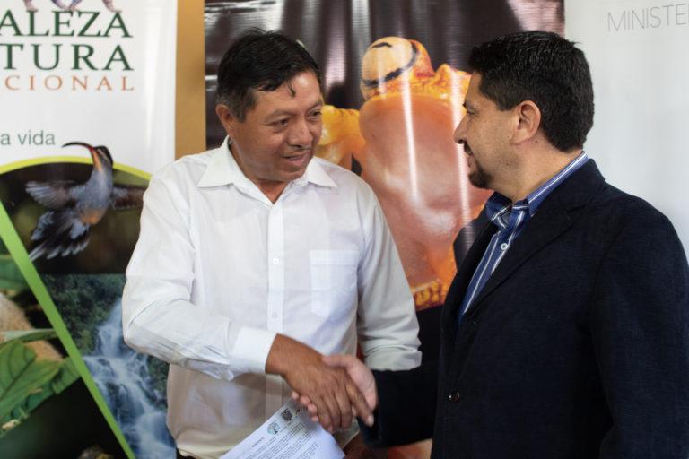 Áreas comunitarias de Ecuador. Viceministo del Ministerio de Ambiente del Ecuador, Michael Castañeda, entrega el Acuerdo Ministerial de declaratoria al presidente de la comuna. Foto: NCI.