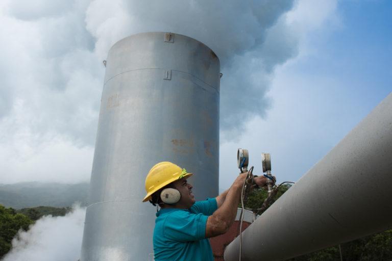 Bosque en campo geotérmico. El campo geotérmico es administrado por el instituto Costarricense de Electricidad (ICE). Foto: Nina Cordero.
