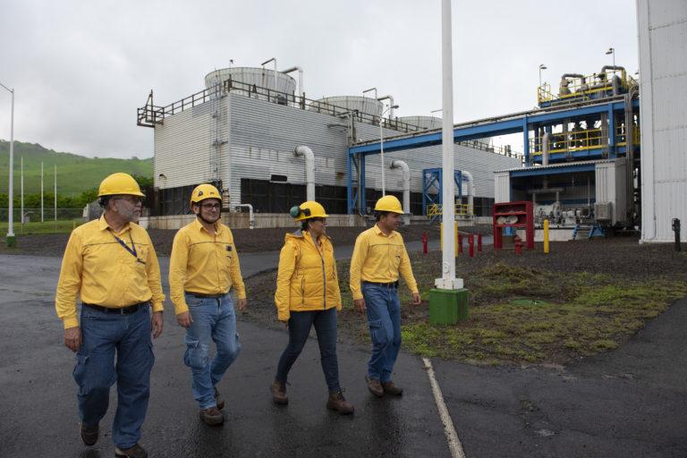 Bosque en campo geotérmico. Trabajadores del ICE en el campo geotérmico Alfredo Mainieri Protti. Foto: Nina Cordero.