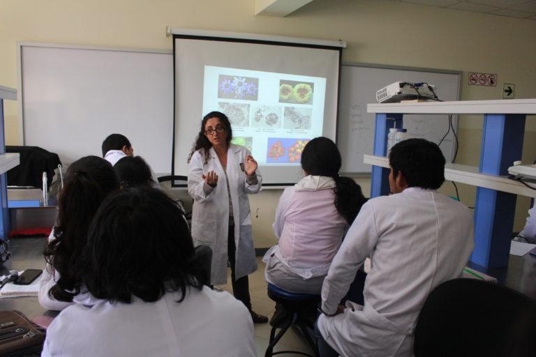 Mujeres en la ciencia. Claudia Segovia en una de sus clases. Foto: Claudia Segovia.