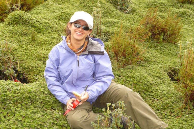 Mujeres en la ciencia. Trabajo de campo en los bosques ecuatorianos. Foto: Claudia Segovia.