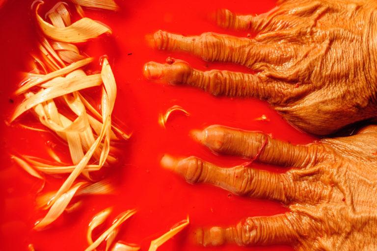 Día de los Pueblos Indígenas La fibra de chambira adquiere color mediante el uso de tintes naturales. Foto: NCI Perú.