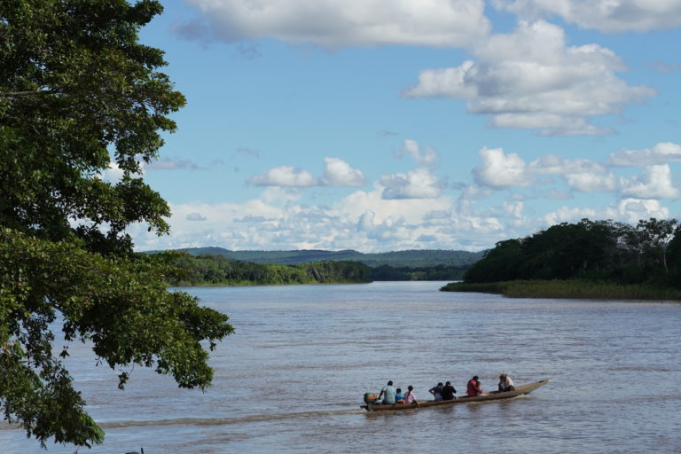 Indígenas guayaberos Meta. Los indígenas Jiw ya no pueden navegar y pescar libremente en el río. Foto: María Fernanda Lizcano.