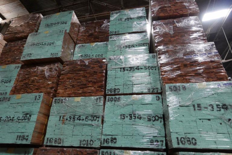 Un sistema de 'lavado' de madera utilizando documentos oficiales con información falsa se utiliza para movilizar madera de origen ilegal. Foto: EIA.