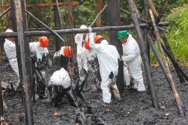Desafíos 2020 Perú Trabajadores se preparan para la inspección del oleoducto después del derrame en Saramiriza. Foto: Barbara Fraser.
