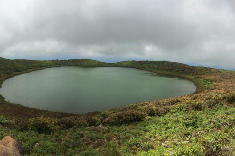 Conservación del petrel de galápagos. La laguna del junco es la única laguna de agua dulce en el archipiélago de Galápagos. Foto: Belén García - Fundación Jocotoco.