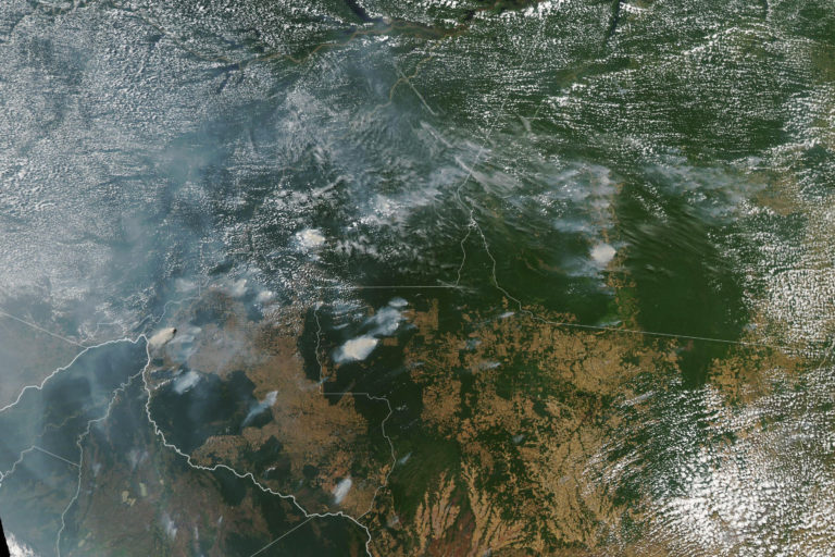 Incendios en la Amazonía de Brasil. Así luce la Amazonía desde el espacio. La contaminación cubre el cielo. Foto: NASA Earth Observatory images by Lauren Dauphin, using MODIS data from NASA EOSDIS/LANCE and GIBS/Worldview and VIIRS data from NASA EOSDIS/LANCE and GIBS/Worldview, and the Suomi National Polar-orbiting Partnership. Caption by Adam Voiland.