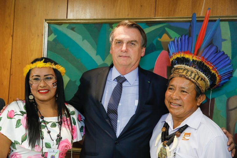 Imagen referencial. El presidente de Brasil Jair Bolsonaro con representantes indígenas en el Palácio do Planalto en abril del 2019. Foto: Carolina Antunes/PR - https://www.flickr.com/photos/palaciodoplanalto/47580649942/, CC BY 2.0
