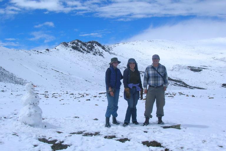 James Aparicio acompañado de sus estudiantes en el campamento del programa Gloria, para el monitoreo de reptiles y anfibios de alta montaña a 4950 metros de altura. Foto: Archivo personal.