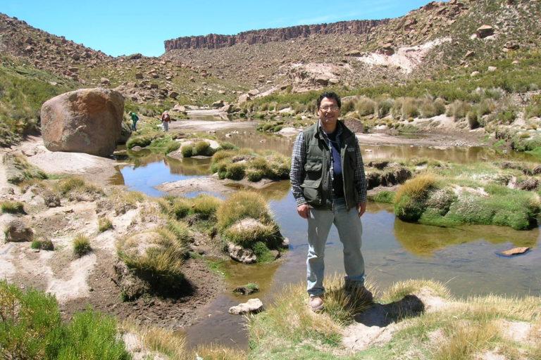 El biólogo James Aparicio durante su viaje de investigación de reptiles y anfibios en Ciudad de Piedra,La Paz, frontera con Oruro. Foto: Archivo personal.