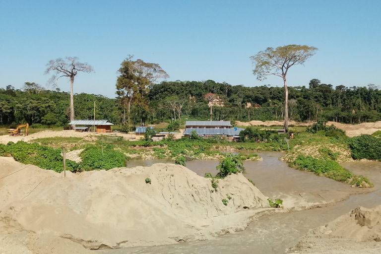 minería puesto Inca La zona devastada en Puerto Inca rodeada por bosque. Foto: ATFFS Puerto Inca.