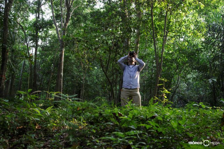 Monos en peligro en Colombia. Andrés Link buscando primates en su trabajo como biólogo de campo. Foto: Federico Pardo.