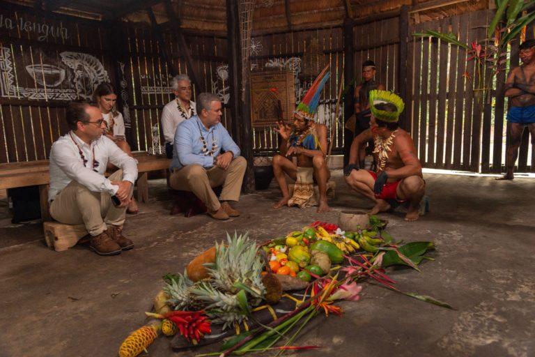 Iván Duque dialoga en la maloca con líderes indígenas, poco antes de dar inicio a la Cumbre Presidencial por la Amazonía. Foto: Nicolás Galeano - Presidencia de Colombia.
