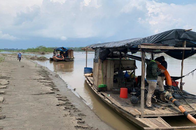El operativo fiscal permitió la captura y destrucción de dos 'pequedragas' en el río Napo. Foto: FEMA Ucayali.