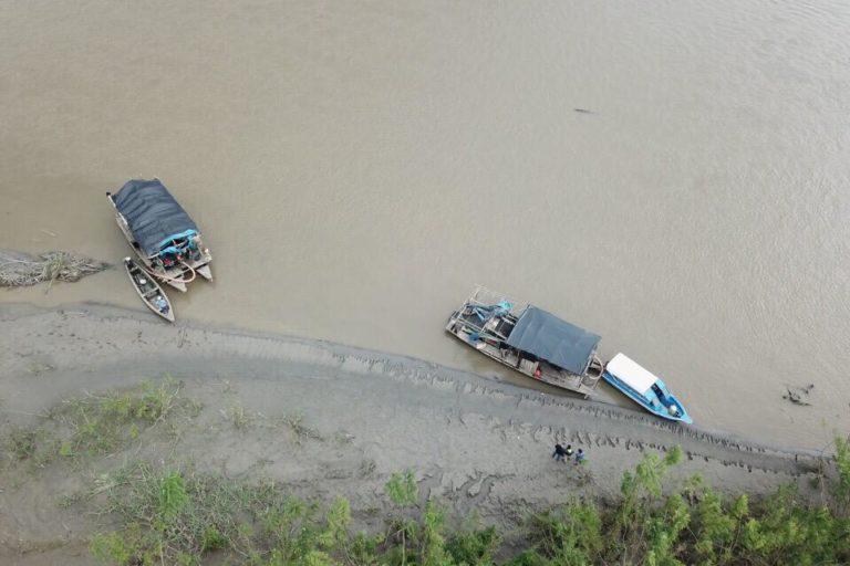 Dos 'pequedragas' vistas desde el aire en el sector de Huamán Urco, en el río Napo. Foto: FEMA Ucayali.